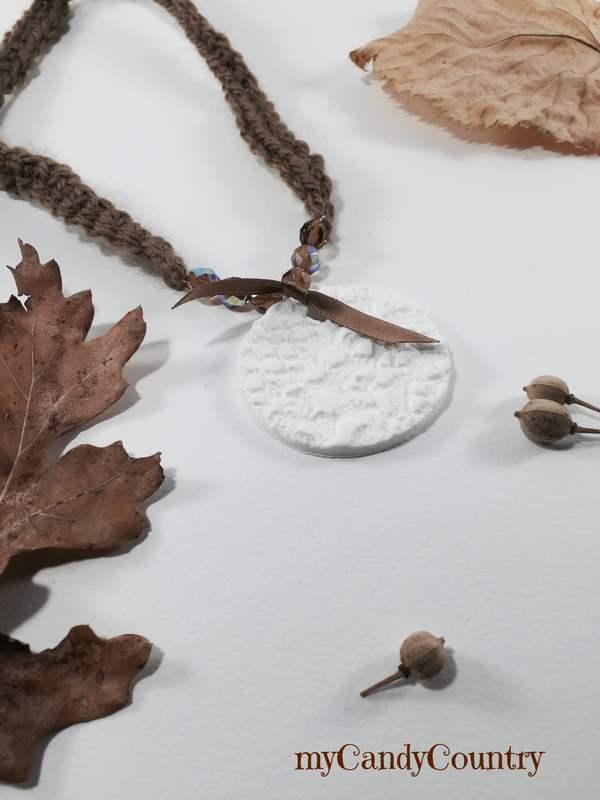 Bijoux fai da te in Fimo con impronta di vecchi centrini Autunno fai da te Bijoux fai da te regali fai da te stoffa e lana