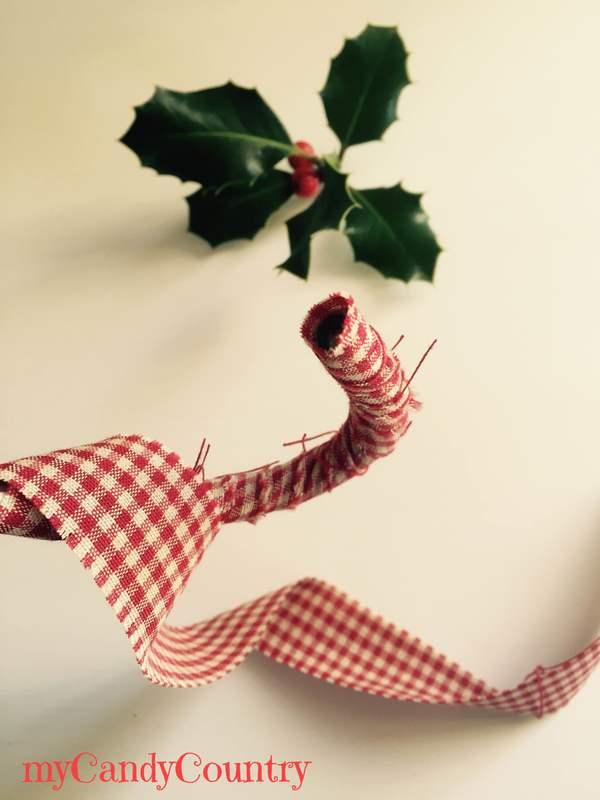 Candy canes di Natale riciclando un tubo di gomma home decor Natale fai da te plastica Riciclo Creativo stoffa e lana