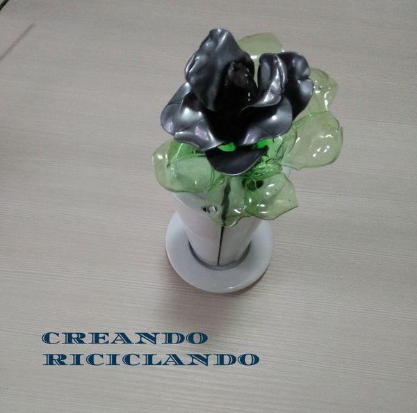 Creare una rosa riciclando dei cucchiai di plastica - Riciclo Creativo creativapp plastica Riciclo Creativo San Valentino fai da te