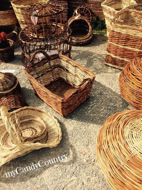 Fare vasi fioriti riciclando vecchi oggetti da cucina creatività metallo Primavera fai da te