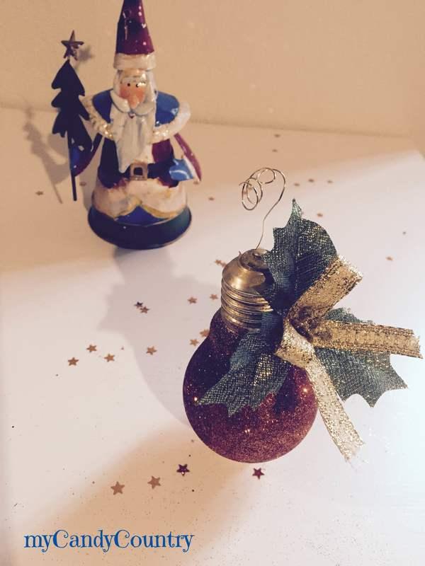 Riciclare lampadine e con smalto delle unghie creare addobbi per l'albero di Natale ...