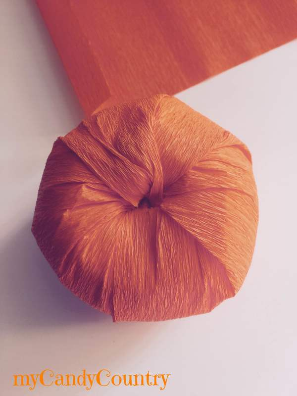 Zucche fai da te con sfere di polistirolo Autunno fai da te carta e cartone Halloween fai da te home decor legno e natura