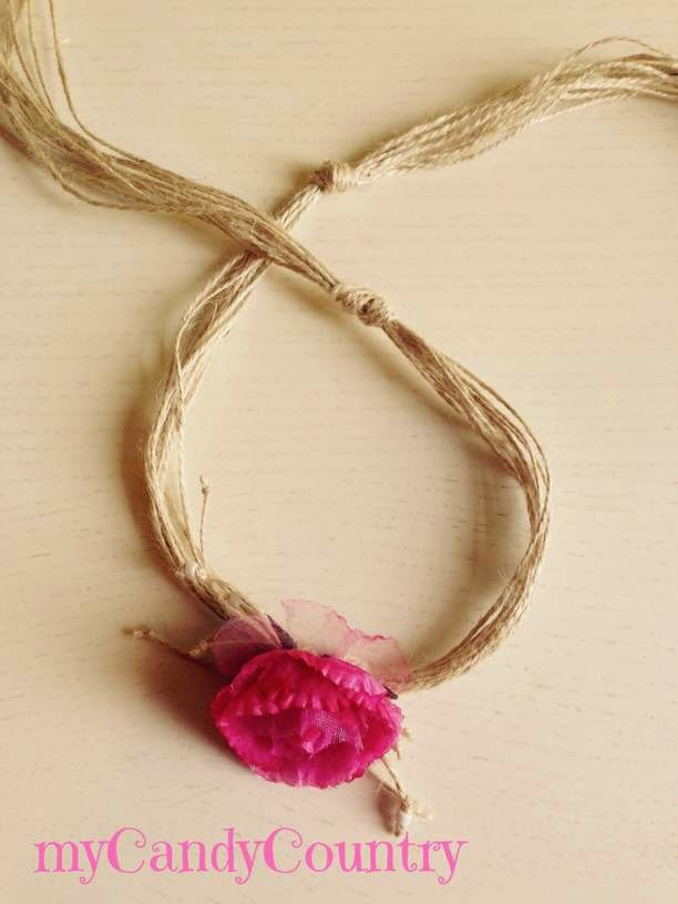 Fare una collana di spago riciclando i fiori sintetici delle bomboniere Bijoux fai da te Riciclo Creativo spago