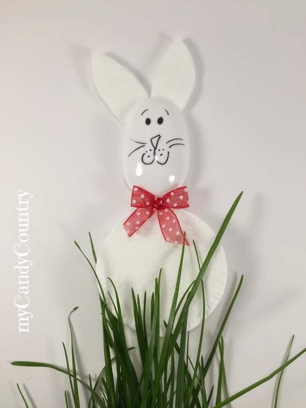 Coniglietti di Pasqua con dischetti levatrucco e cucchiai di plastica Pasqua fai da te plastica Riciclo Creativo