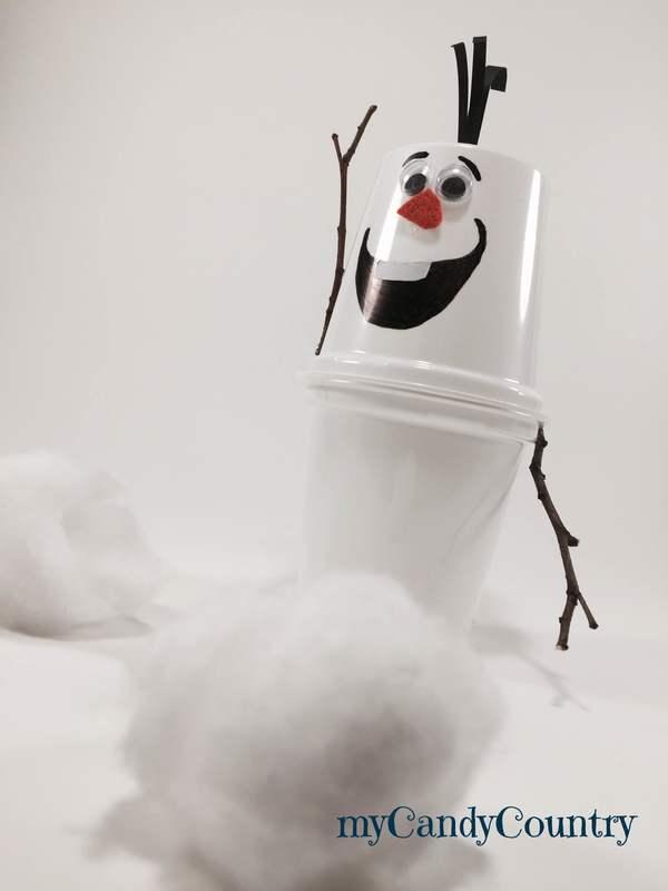 Pupazzo di neve fai da te riciclando vasetti dello yogurt Inverno fai da te Natale fai da te plastica Riciclo Creativo